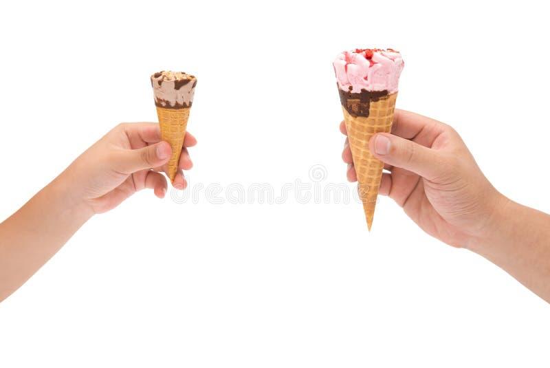 Muchacho que sostiene un pequeño cono de helado y hombre que sostiene grande con la recortes-trayectoria imágenes de archivo libres de regalías