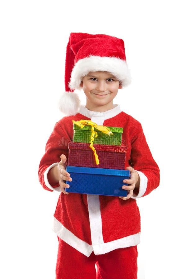 Muchacho que sostiene un regalo de la Navidad fotos de archivo libres de regalías