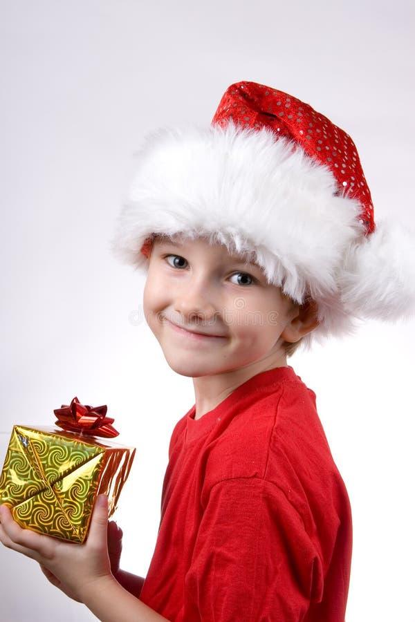 Muchacho que sostiene un regalo de la Navidad fotografía de archivo libre de regalías