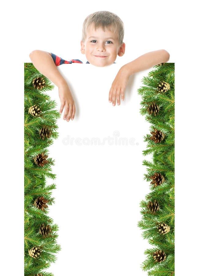 Muchacho que sostiene una bandera de la Navidad imagenes de archivo