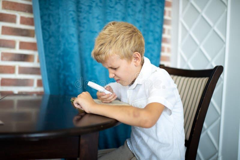 Muchacho que sostiene una lupa foto de archivo libre de regalías