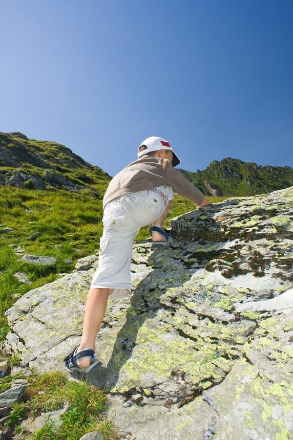 Muchacho que sube en la montaña imágenes de archivo libres de regalías