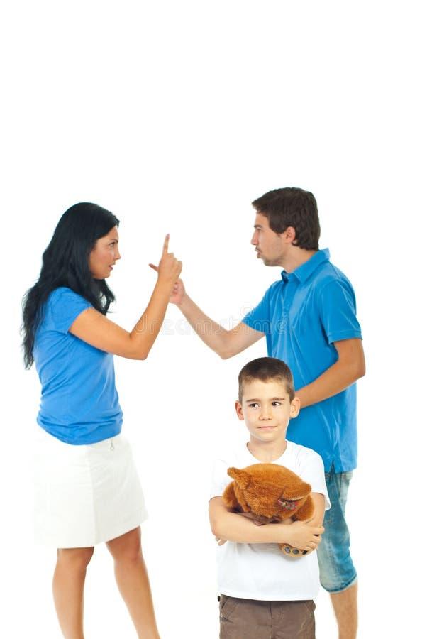 Muchacho que sufre sobre conflicto de los padres foto de archivo