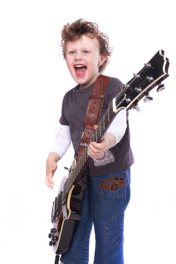 Muchacho que toca la guitarra imagen de archivo