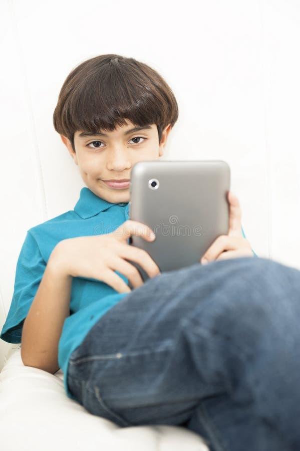 Muchacho que usa la tableta fotografía de archivo