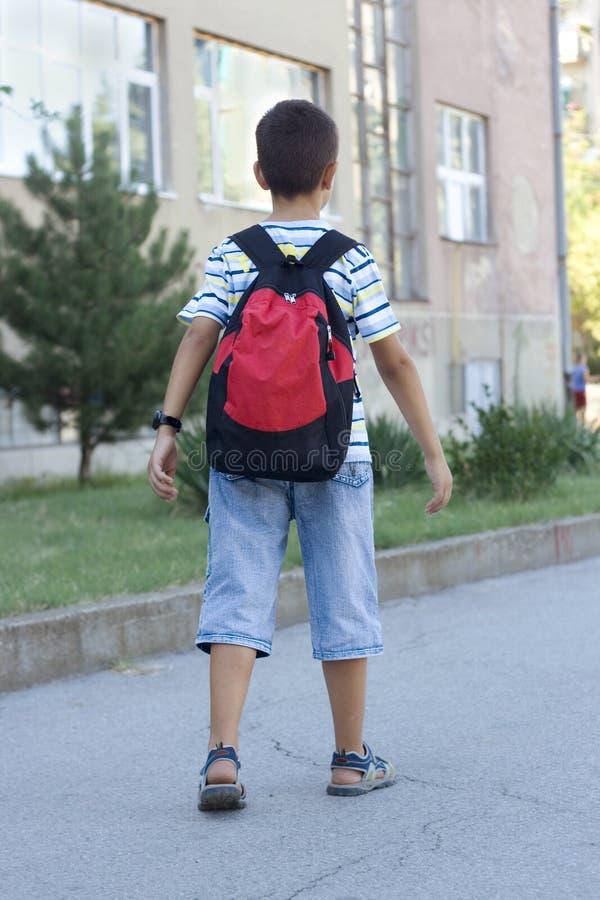 Muchacho que va a la escuela imagen de archivo