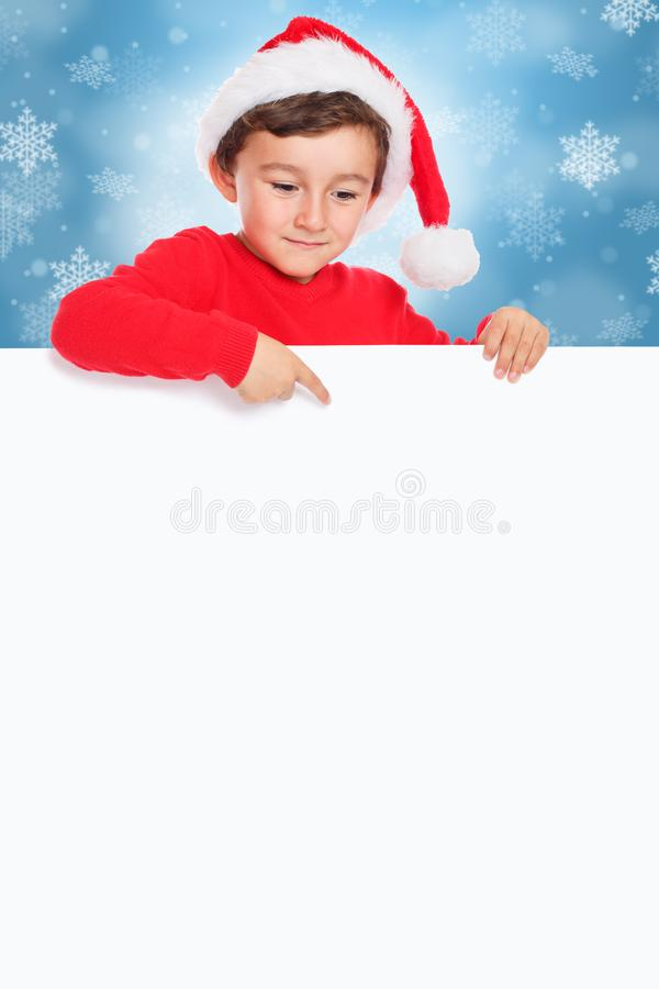 Muchacho Santa Claus del niño del niño de la Navidad que señala el copyspace vacío del formato de retrato de la muestra de la ban fotografía de archivo libre de regalías