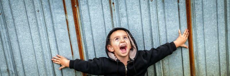 Muchacho sin hogar de grito feliz imágenes de archivo libres de regalías