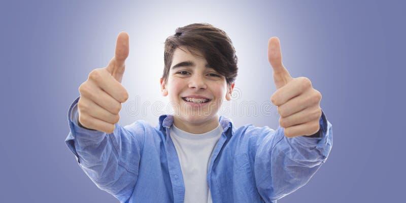Muchacho sonriente con los apoyos imagen de archivo libre de regalías