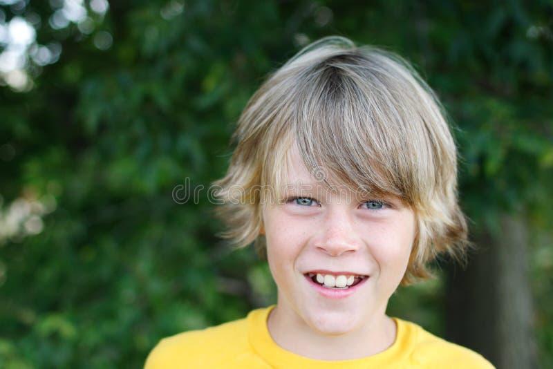 Muchacho sonriente del preadolescente fotos de archivo libres de regalías