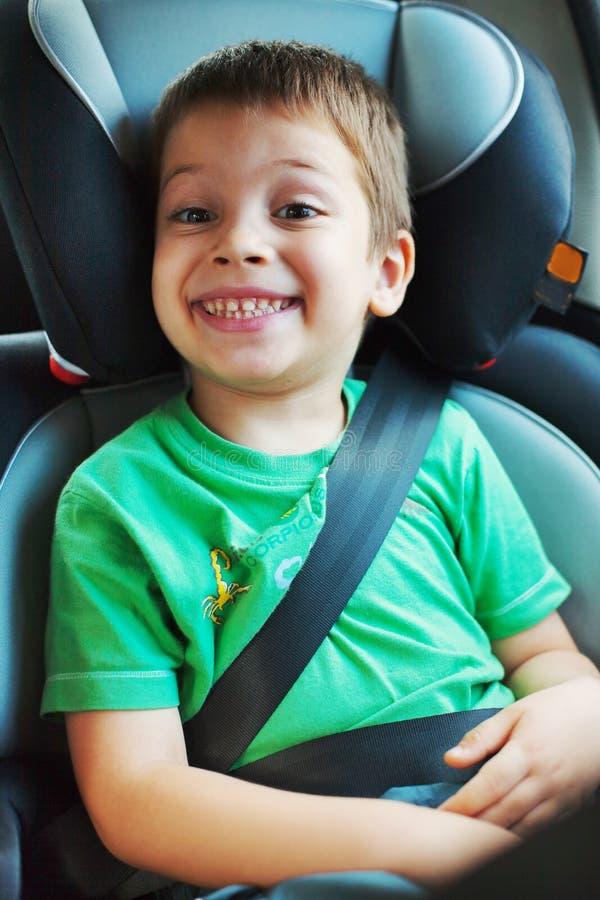 Muchacho sonriente en asiento de carro fotos de archivo libres de regalías