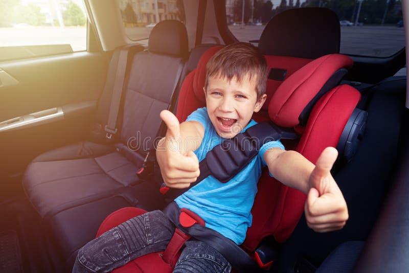Muchacho sonriente en el coche imágenes de archivo libres de regalías