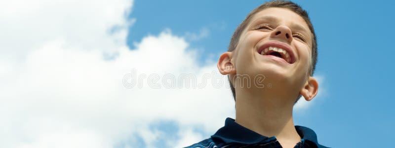 Muchacho sonriente en las nubes fotos de archivo