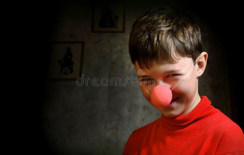 Muchacho sonriente en sitio oscuro fotografía de archivo libre de regalías