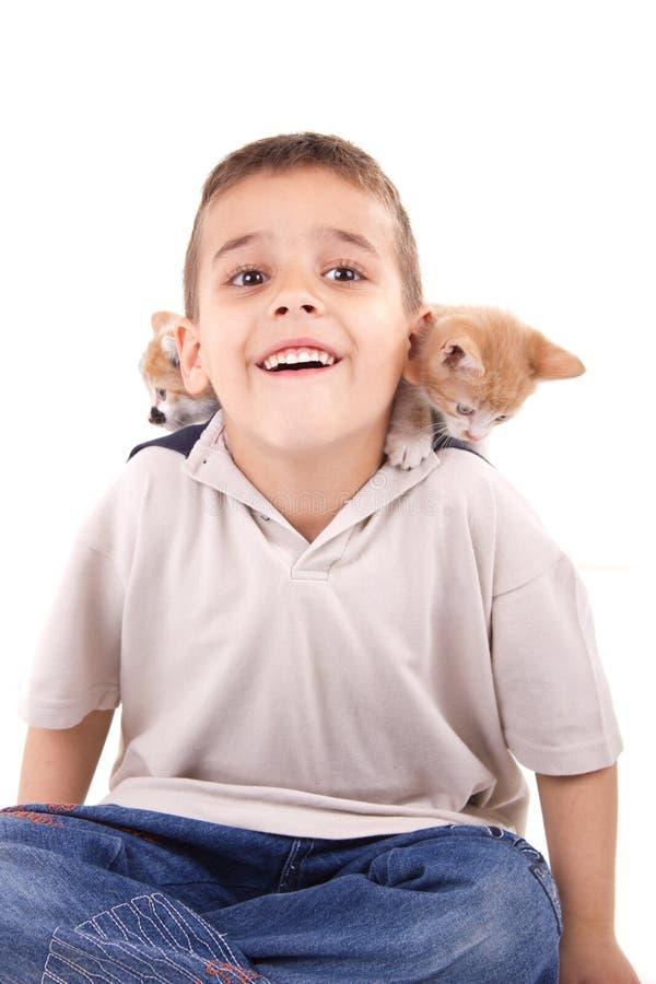 Muchacho sonriente joven con el gato fotos de archivo