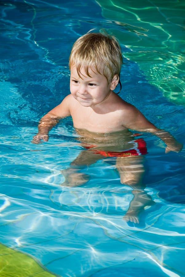 Muchacho sonriente joven en la piscina fotos de archivo libres de regalías