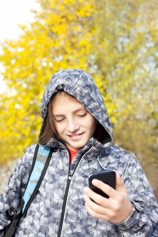Muchacho sonriente que habla en el teléfono fotos de archivo