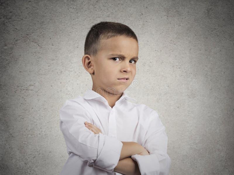 Muchacho sospechoso, prudente del niño que mira con incredulidad fotos de archivo libres de regalías