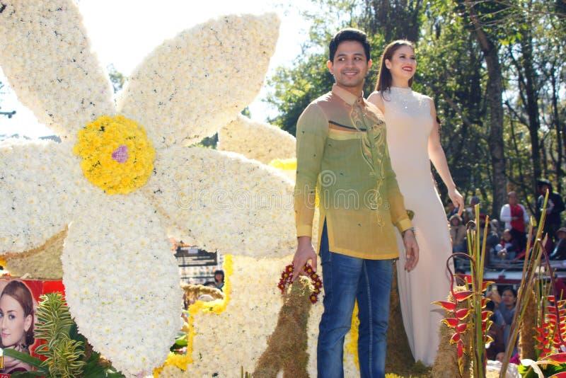 Muchacho Sotto y Kristine Hermosa de Oyo en desfile magnífico del flotador de Baguio Panagbenga foto de archivo