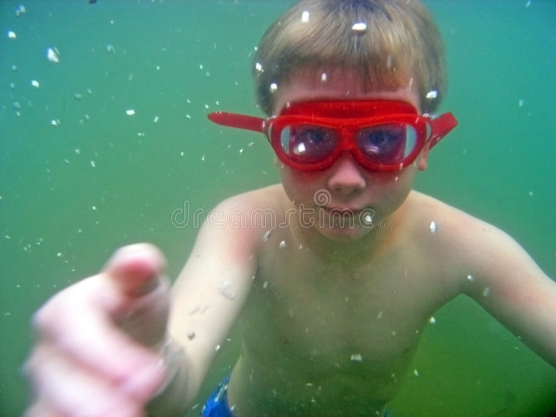 Muchacho subacuático en el lago imagen de archivo