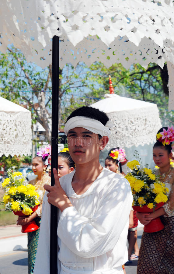 Muchacho tailandés con el paraguas imágenes de archivo libres de regalías