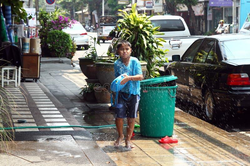 Muchacho tailand?s joven con el arma de agua en A?o Nuevo tailand?s del festival de Songkran imagenes de archivo