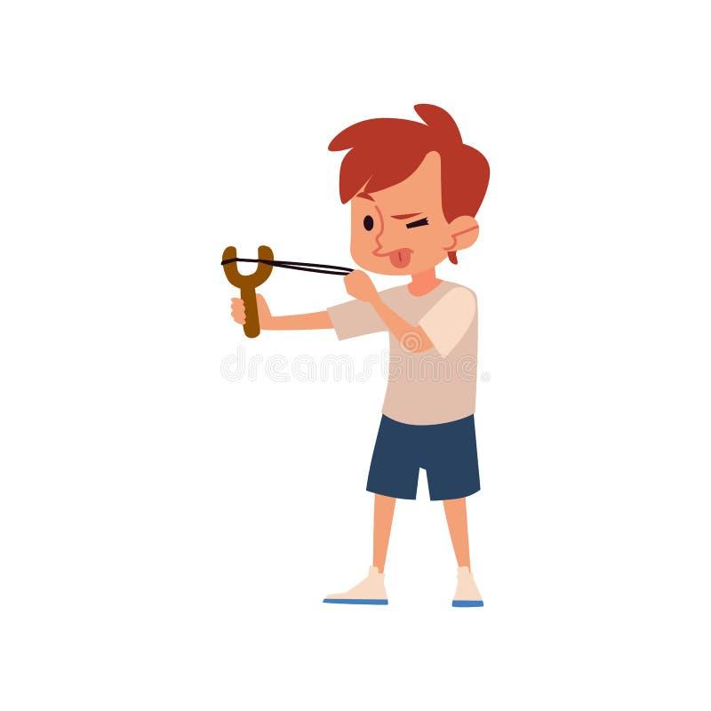 Muchacho travieso que apunta con la catapulta con la lengua hacia fuera, niño lindo con el juguete de la catapulta que causa prob stock de ilustración