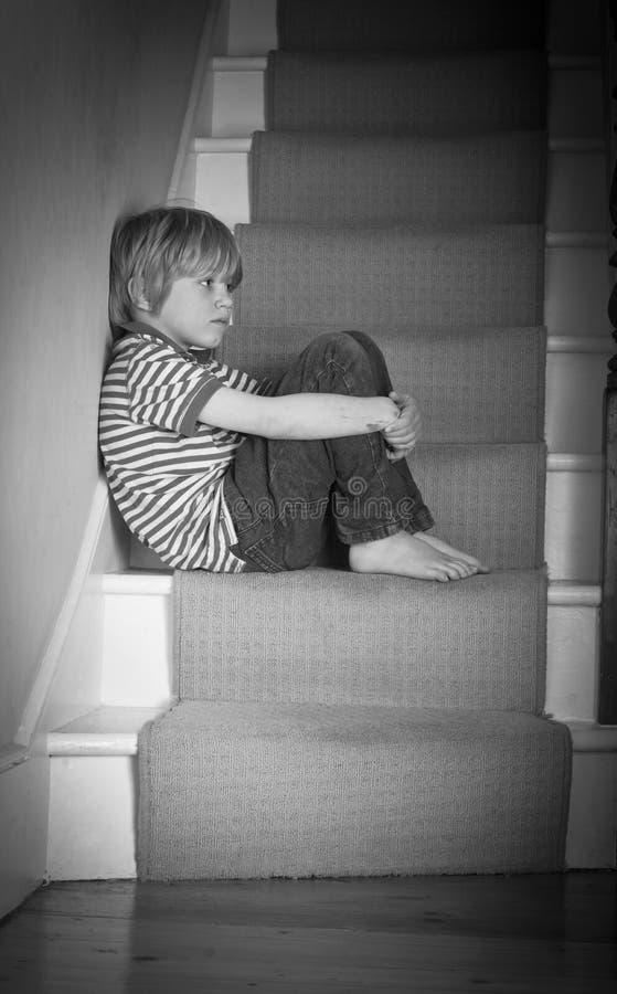 Muchacho triste en las escaleras imagen de archivo libre de regalías