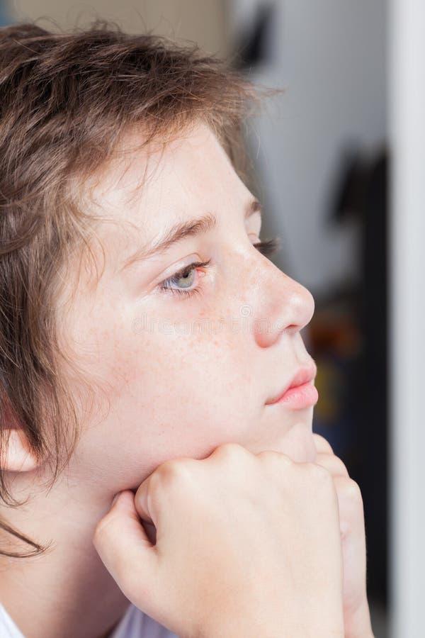 Muchacho triste infeliz, niño subrayado ascendente cercano de la cara imagen de archivo libre de regalías