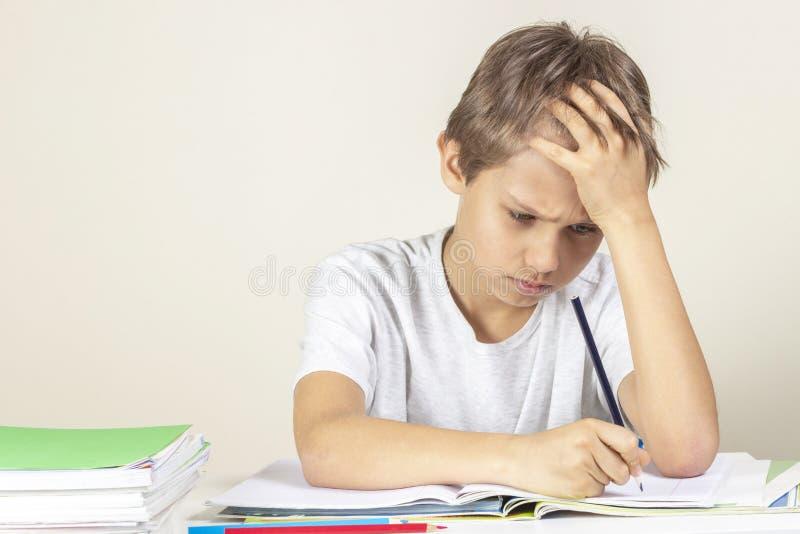 Muchacho triste que hace la preparaci?n Educaci?n, escuela, concepto de las dificultades de aprendizaje imágenes de archivo libres de regalías