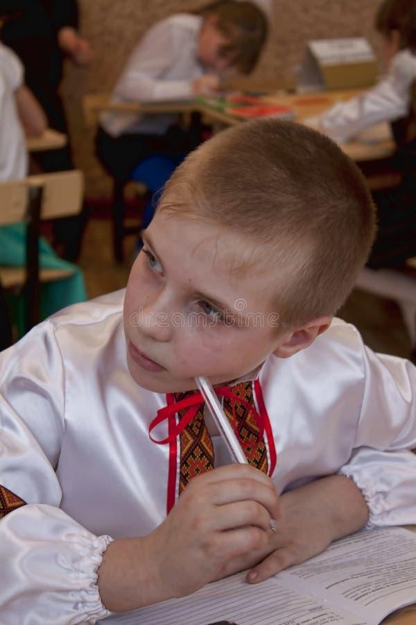 Muchacho ucraniano no identificado de la clase menor imagenes de archivo