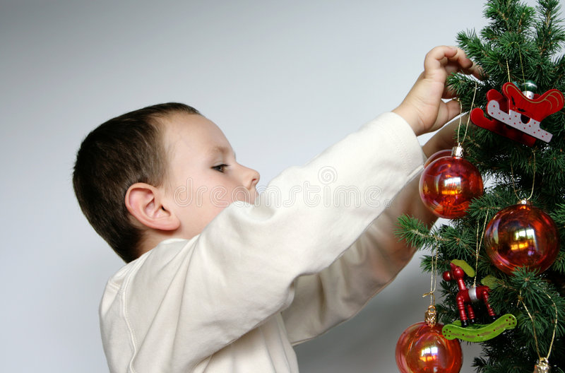Muchacho y árbol de navidad fotografía de archivo libre de regalías