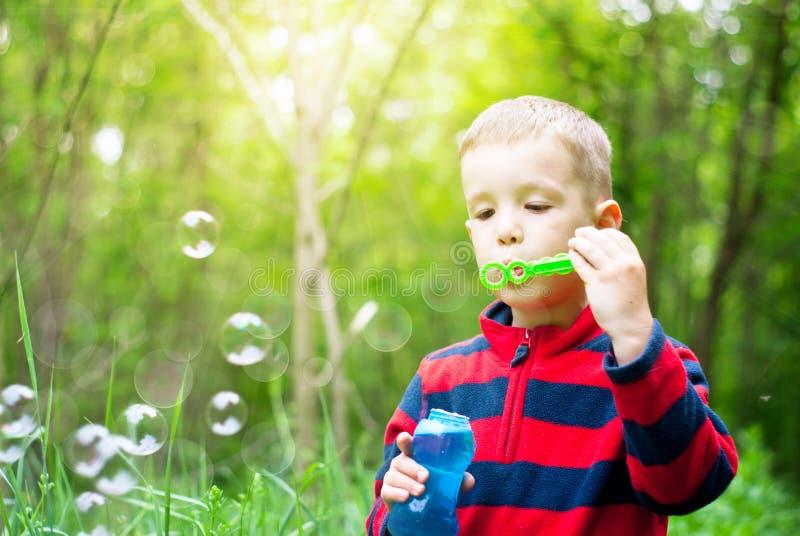 Muchacho y burbujas imagen de archivo libre de regalías