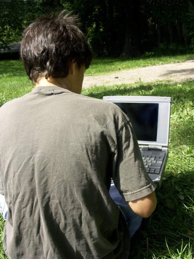 Muchacho y computadora portátil imagenes de archivo