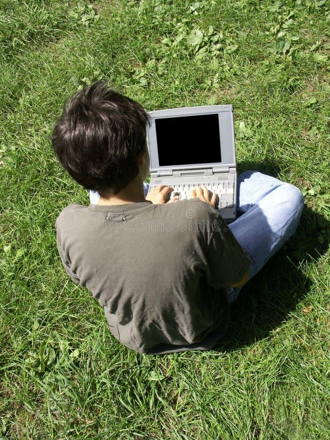 Muchacho y computadora portátil imagen de archivo