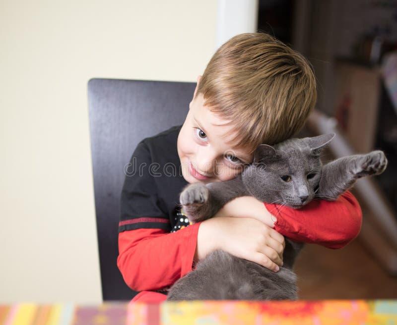 Muchacho y gato fotografía de archivo libre de regalías
