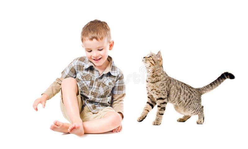 Muchacho y gato de risa fotografía de archivo libre de regalías