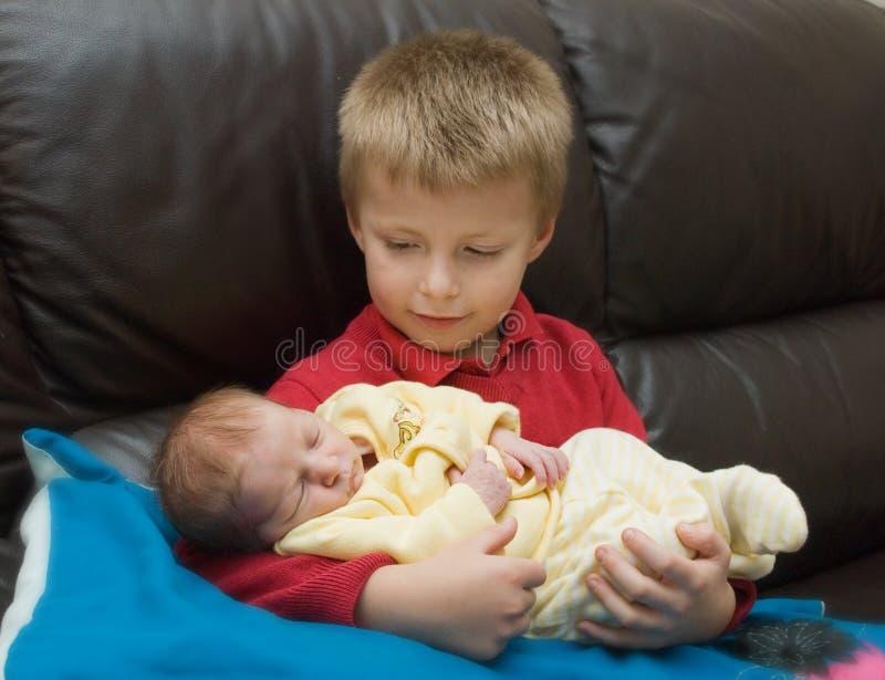 Muchacho y hermano recién nacido fotografía de archivo libre de regalías