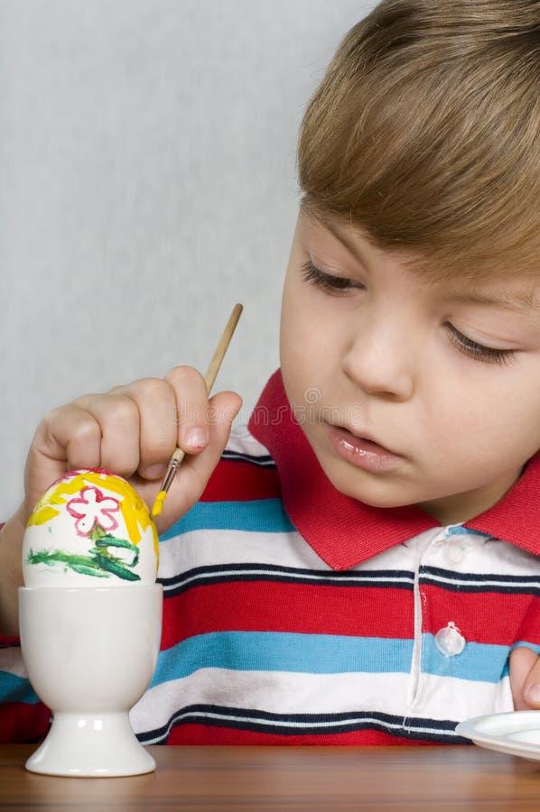 Muchacho y huevos de Pascua foto de archivo libre de regalías