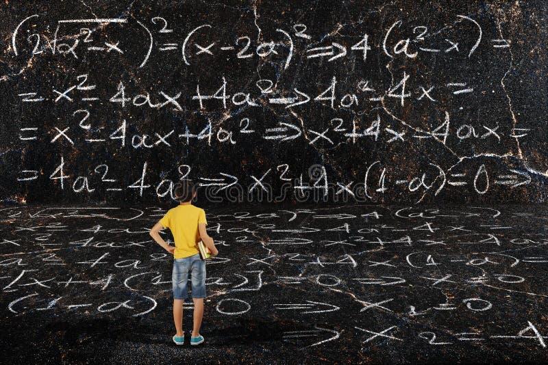 Muchacho y matemáticas imagen de archivo