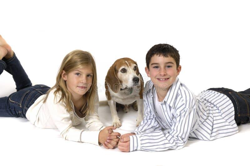 Muchacho y muchacha con el beagle foto de archivo libre de regalías