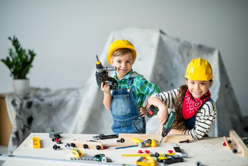 Muchacho y muchacha con las herramientas fotos de archivo libres de regalías