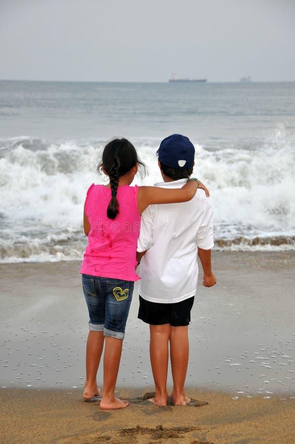 Muchacho y muchacha en la playa fotos de archivo libres de regalías