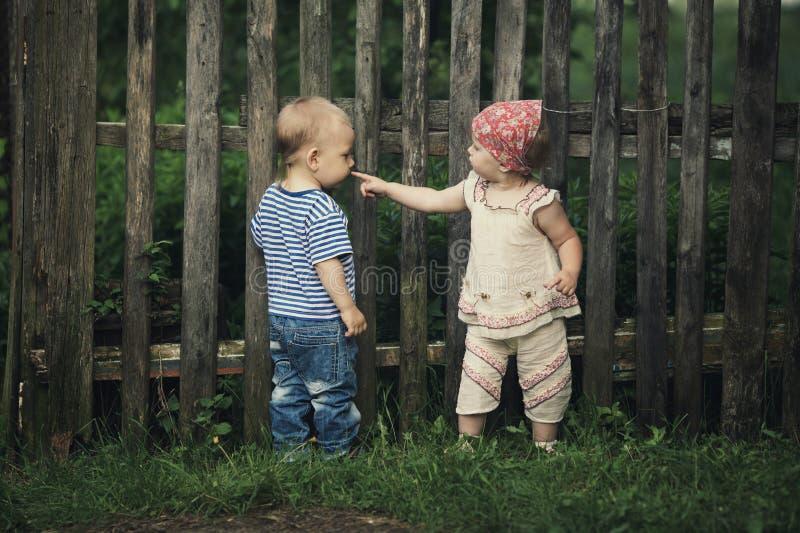 Muchacho y muchacha en una relación compleja imagenes de archivo