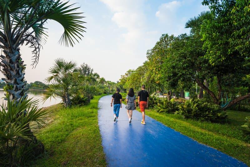 Muchacho y muchacha que caminan en parque público foto de archivo libre de regalías