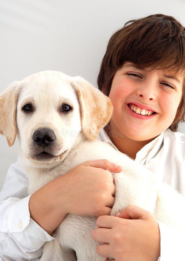 Muchacho y perro imagenes de archivo