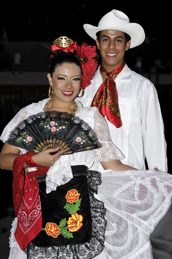 Muchacho y señora jovenes, bailarines de México del folklore imagen de archivo libre de regalías