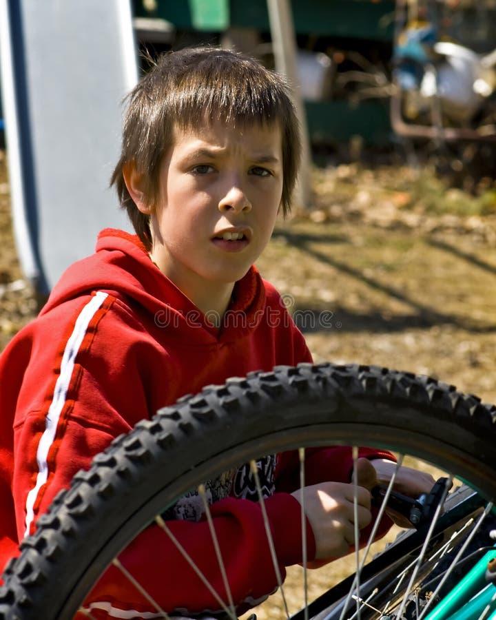 Muchacho y su bici fotos de archivo libres de regalías
