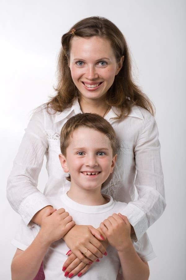 Muchacho y su madre imagen de archivo