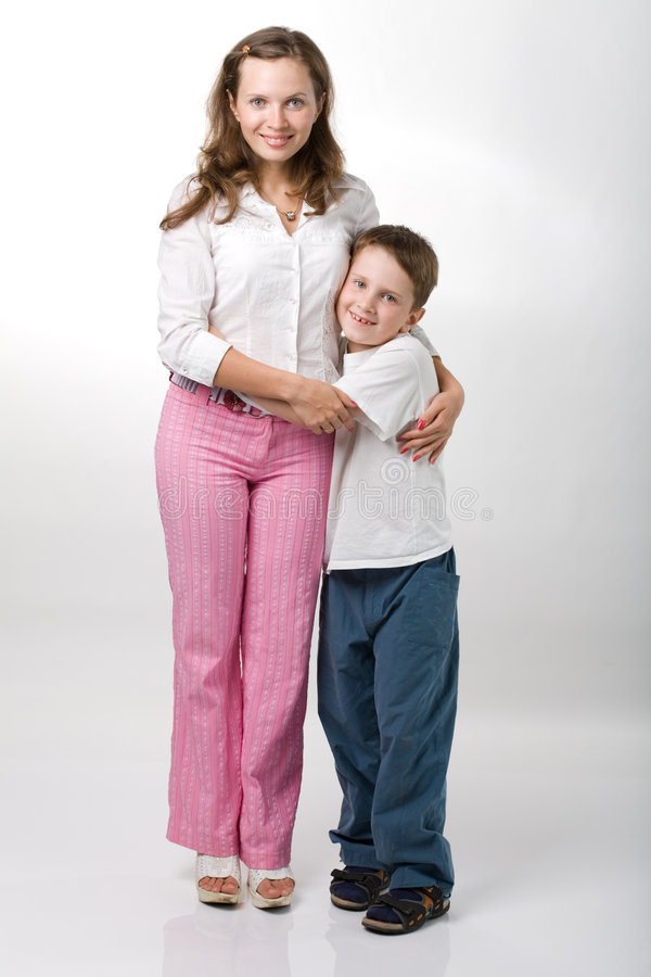 Muchacho y su madre fotos de archivo